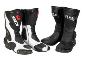 A PAIR OF SIDI SPORTS MOTORCYCLE BOOTS