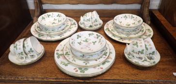 A COLLECTION OF WEDGWOOD 'WILD STRAWBERRY' DINNER AND TEAWARE