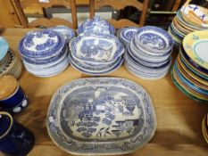 A COLLECTION OF BLUE AND WHITE WILLOW PATTERN CERAMICS