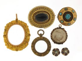 Antique and later jewellery including a unmarked gold locket, black enamel and agate brooch,