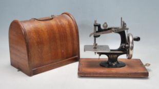 VINTAGE EARLY 20TH CENTURY CHILDS MINIATURE SEWING MACHINE