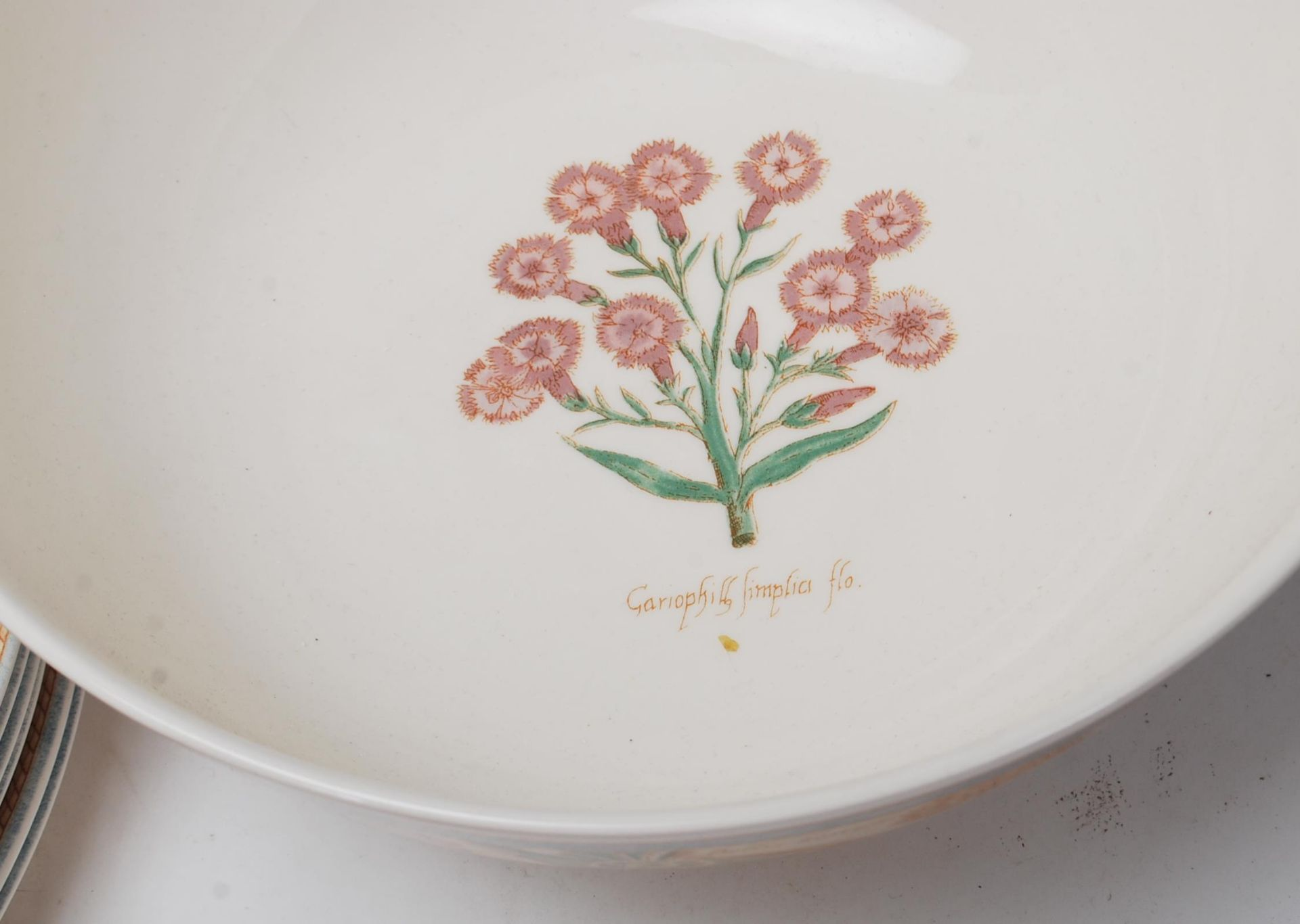 A LARGE 20TH CENTURY WEDGWOOD DINNER SERVICE WITH GRDEN MAZE PATTERN - Image 11 of 11