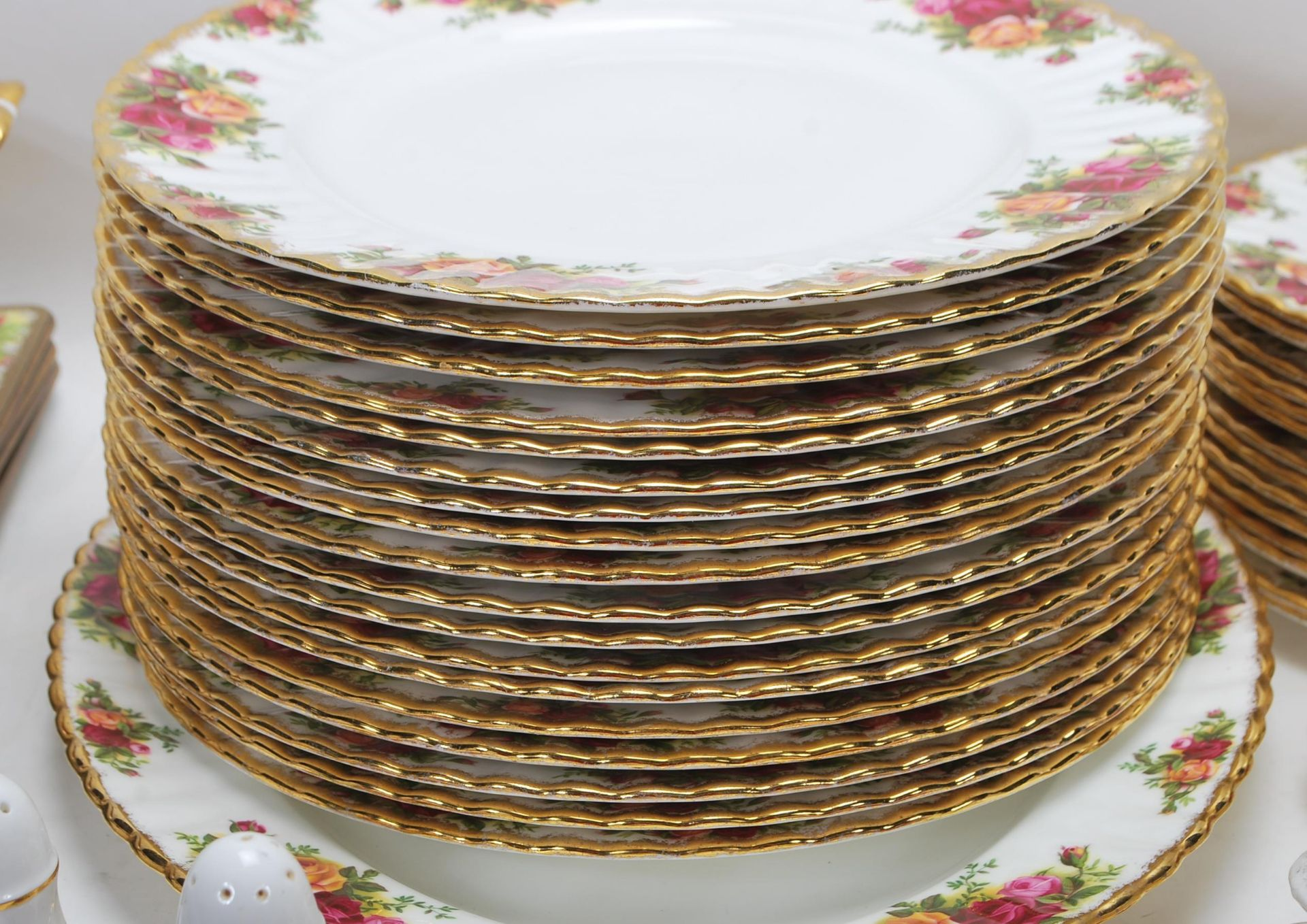 LARGE ROYAL ALBERT OLD CONTRY ROSES DINING SERVICE - Image 7 of 11