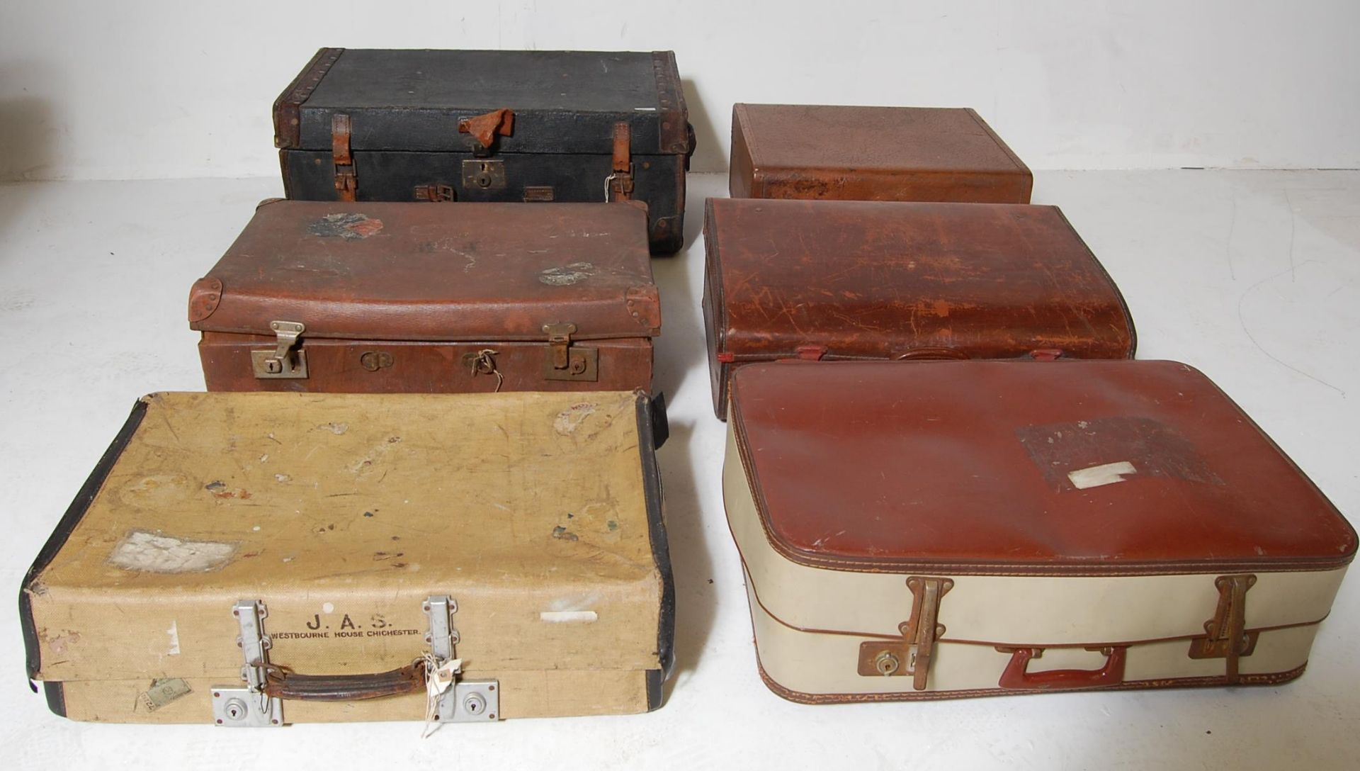 SIX VINTAGE RETRO 20TH CENTURY SUITCASES / TRAVEL TRUNKS