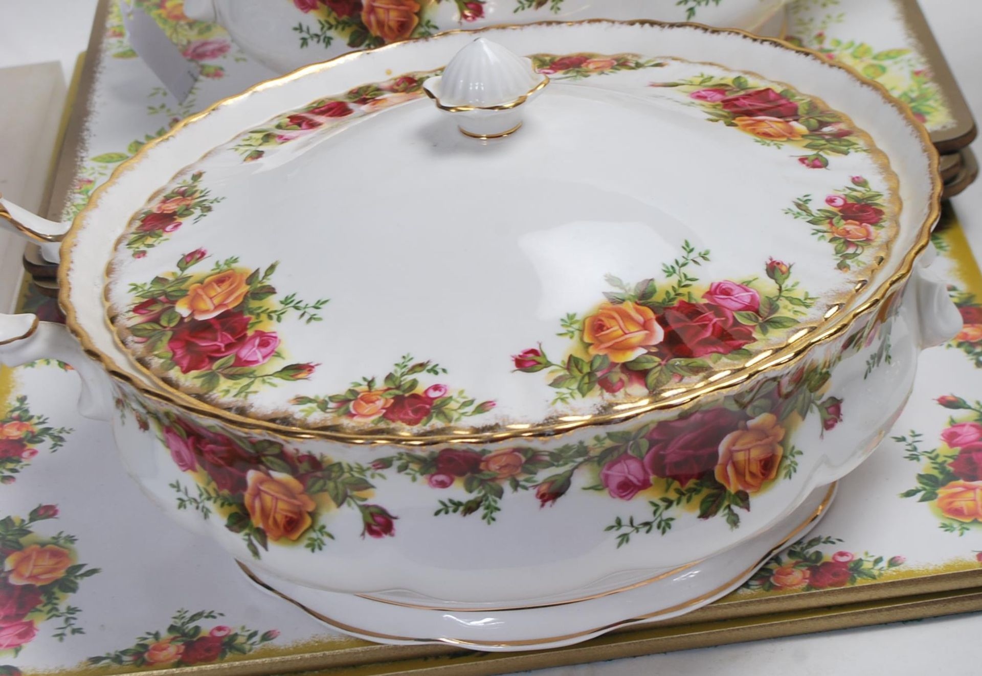 LARGE ROYAL ALBERT OLD CONTRY ROSES DINING SERVICE - Image 9 of 11