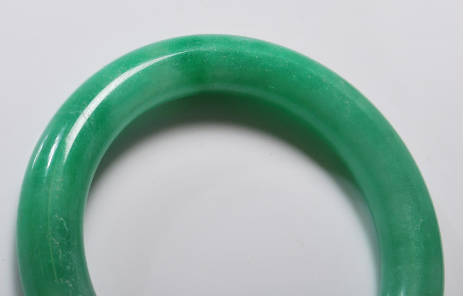 20TH CENTURY CHINESE JADE STYLE GREEN HARD STONE BANGLE - Image 4 of 5