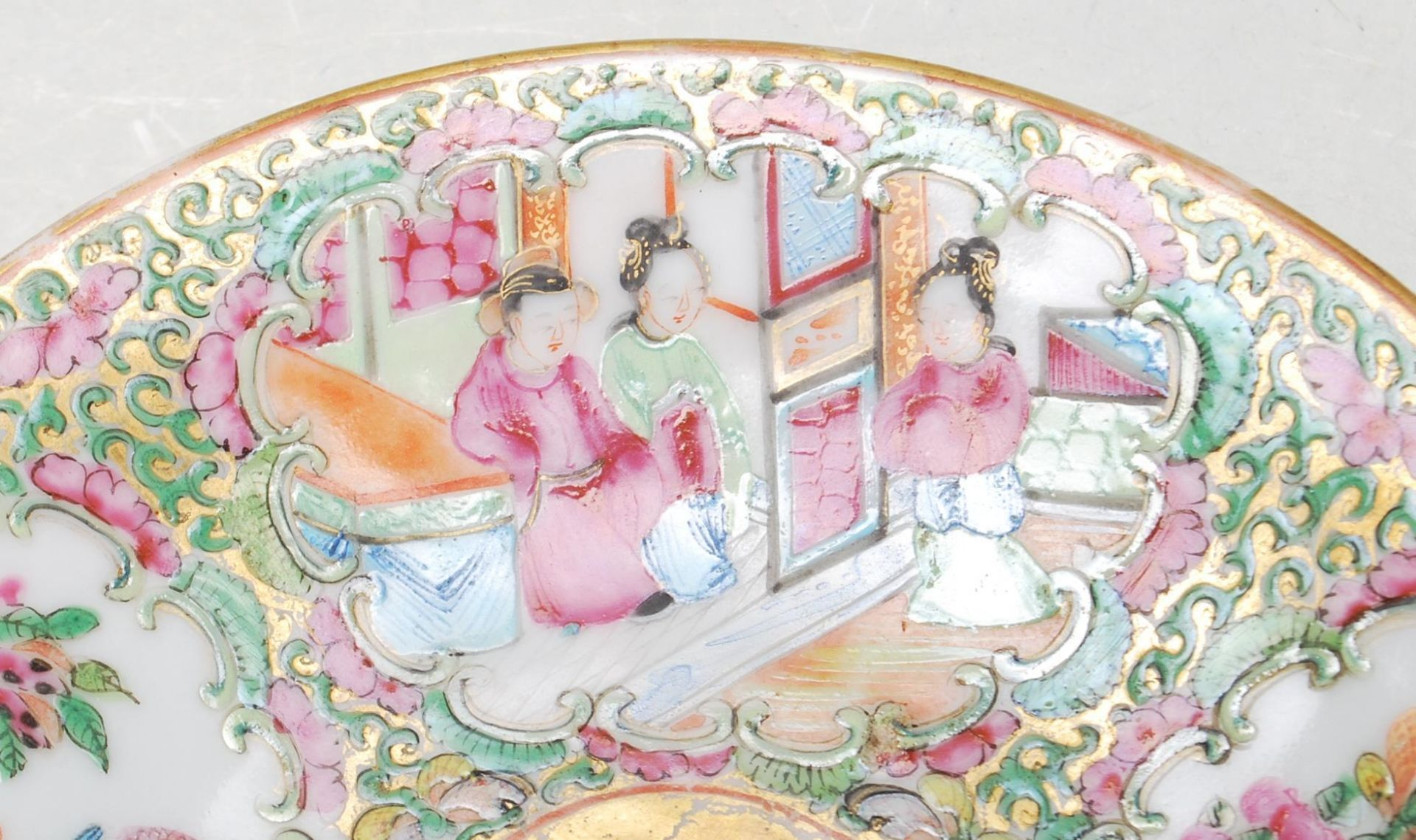 19TH CENTURY CANTON FAMILLE ROSE PLATE TOGETHER WITH A - Image 3 of 9