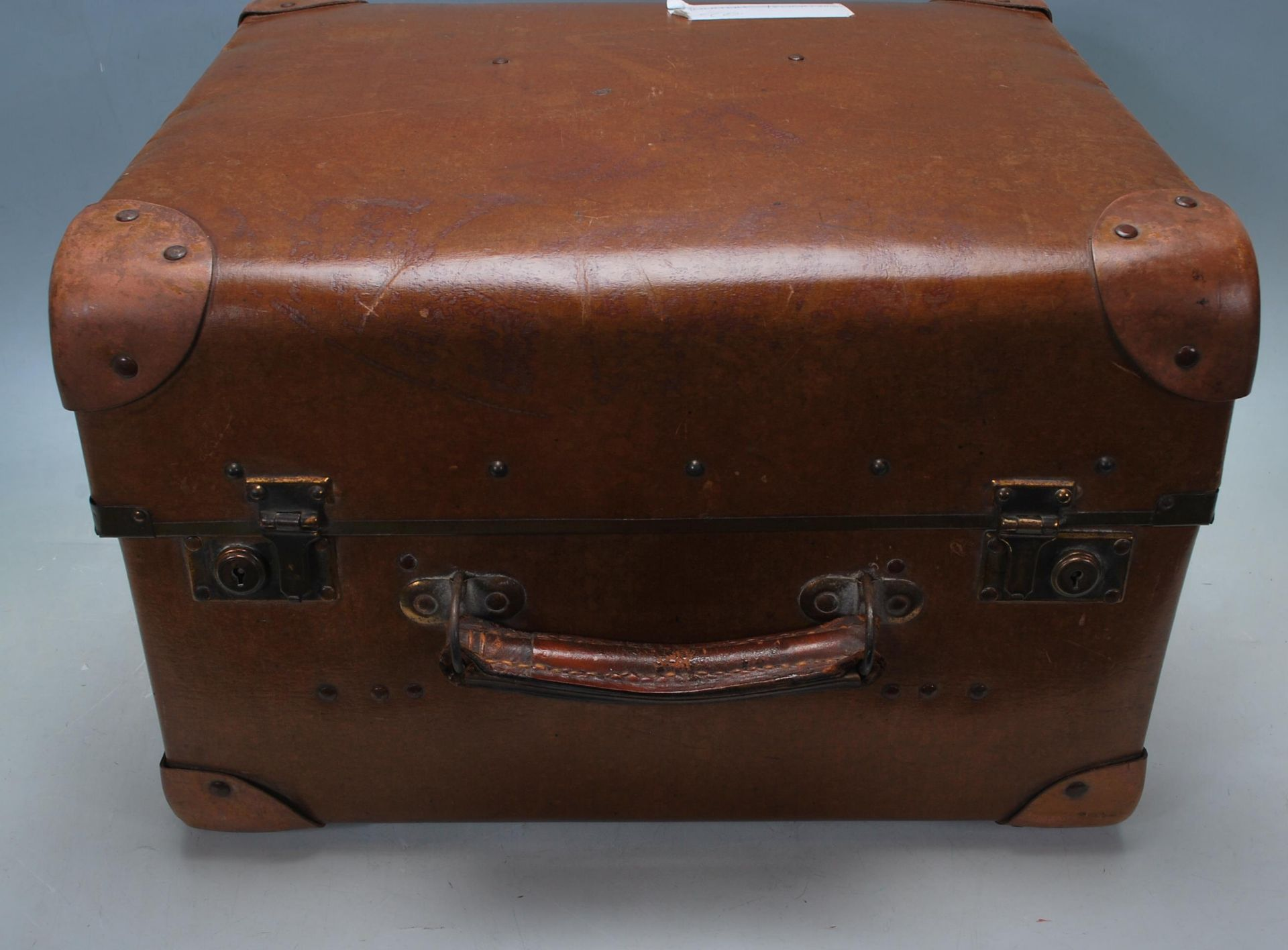ANTIQUE EARLY 20TH CENTURY LEATHER SUITCASE - Image 2 of 5