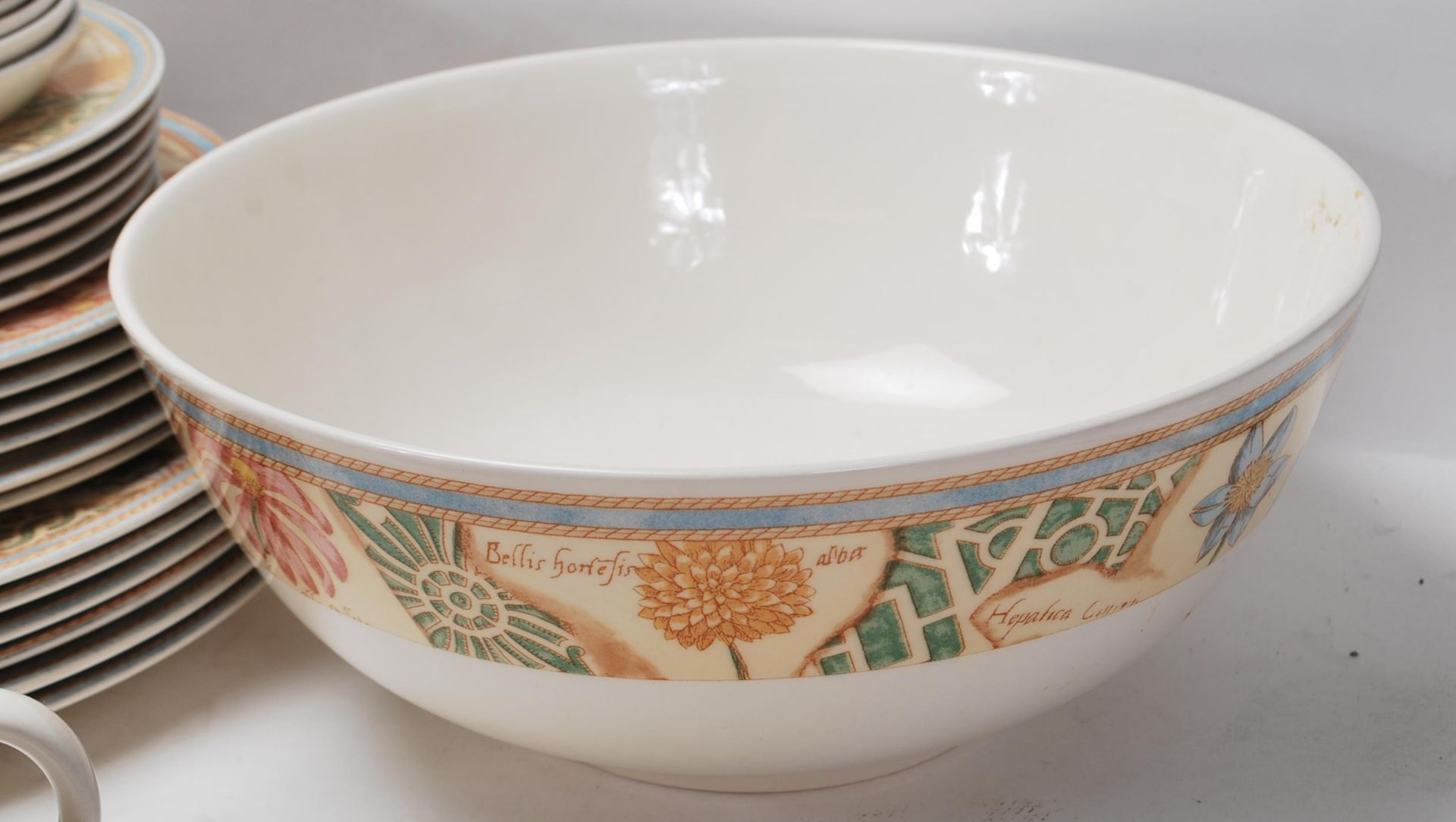 A LARGE 20TH CENTURY WEDGWOOD DINNER SERVICE WITH GRDEN MAZE PATTERN - Image 6 of 11