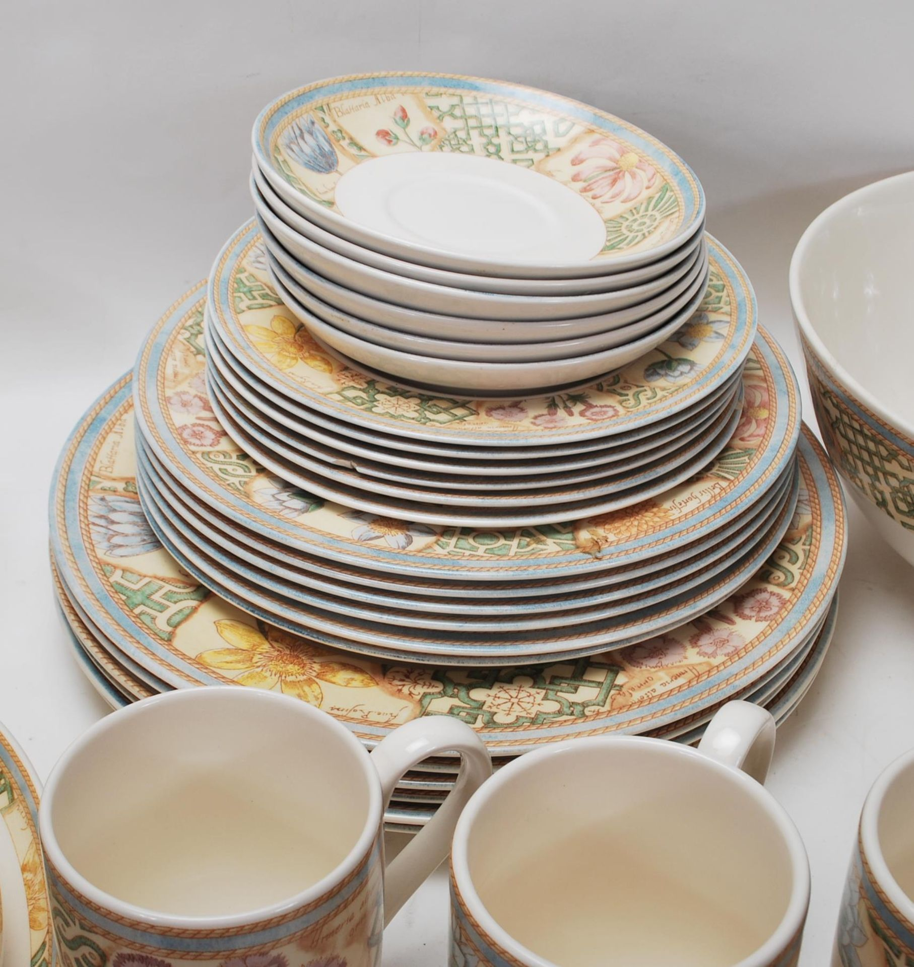 A LARGE 20TH CENTURY WEDGWOOD DINNER SERVICE WITH GRDEN MAZE PATTERN - Image 4 of 11