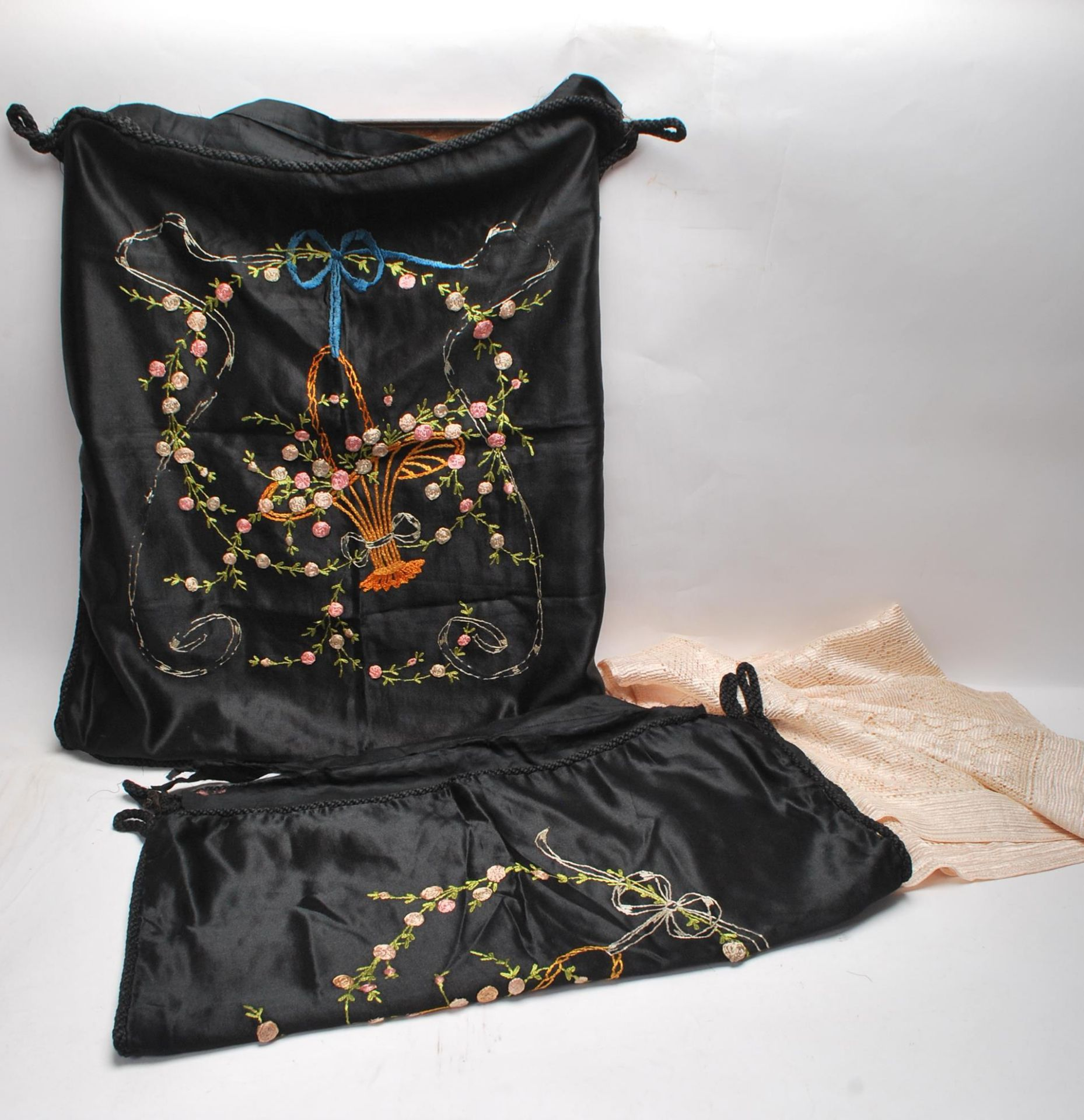 19TH CENTURY VICTORIAN TABLECLOTH AND PILLOW CASES
