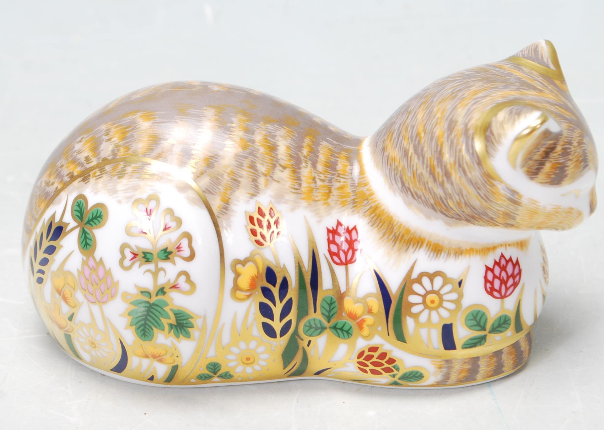 ROYAL CROWN DERBY COTTAGE CAT PAPERWEIGHT WITH GOLD STOPPER - Image 2 of 5