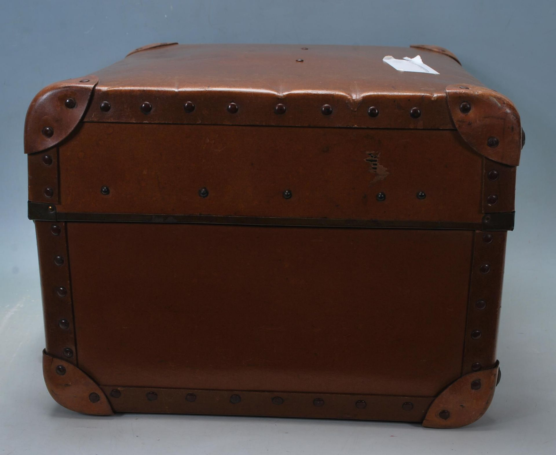 ANTIQUE EARLY 20TH CENTURY LEATHER SUITCASE - Image 3 of 5