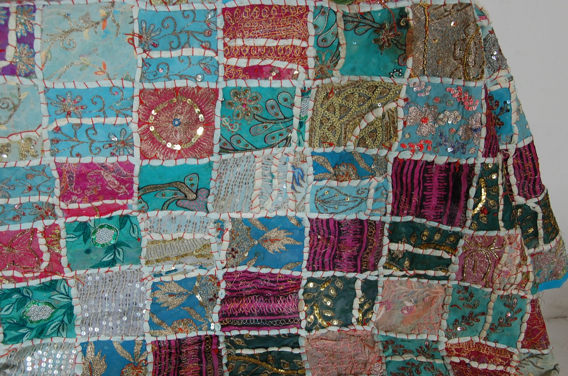 20TH CENTURY ANTIQUE STYLE TRADITIONAL PAKISTANI / RAJASTHANI / INDIAN PATCHWORK QUILT BED THROW - Image 5 of 11