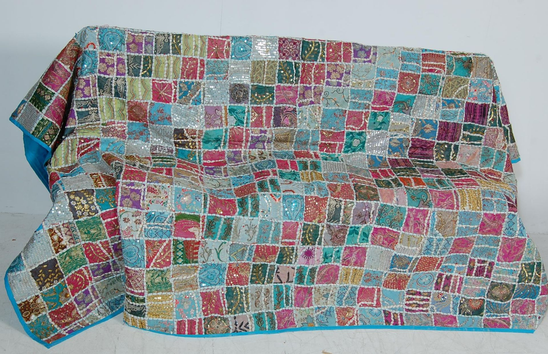20TH CENTURY ANTIQUE STYLE TRADITIONAL PAKISTANI / RAJASTHANI / INDIAN PATCHWORK QUILT BED THROW - Image 2 of 11