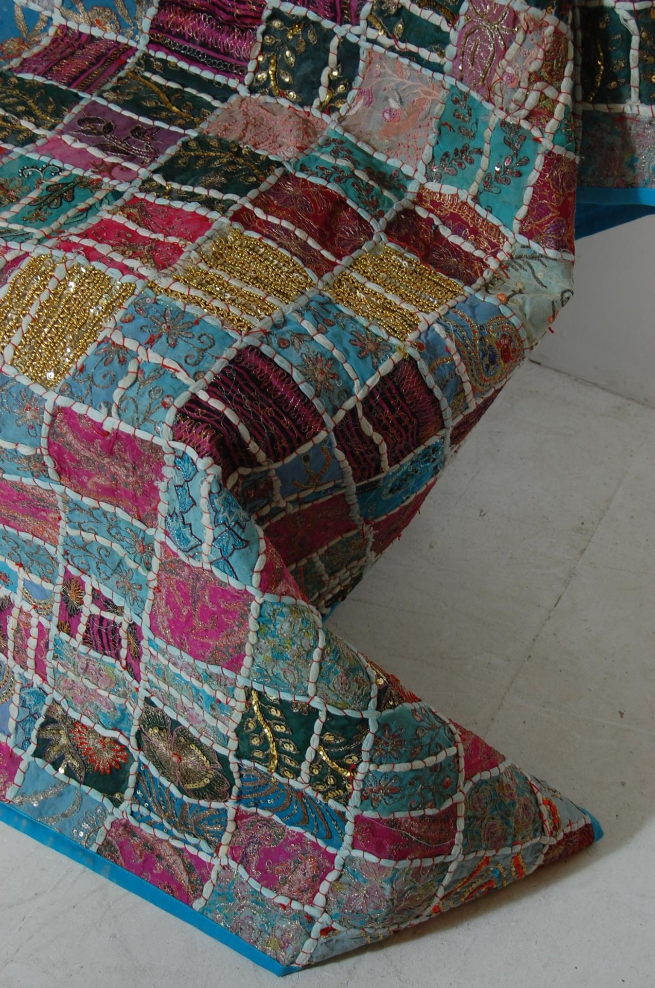 20TH CENTURY ANTIQUE STYLE TRADITIONAL PAKISTANI / RAJASTHANI / INDIAN PATCHWORK QUILT BED THROW - Image 6 of 11