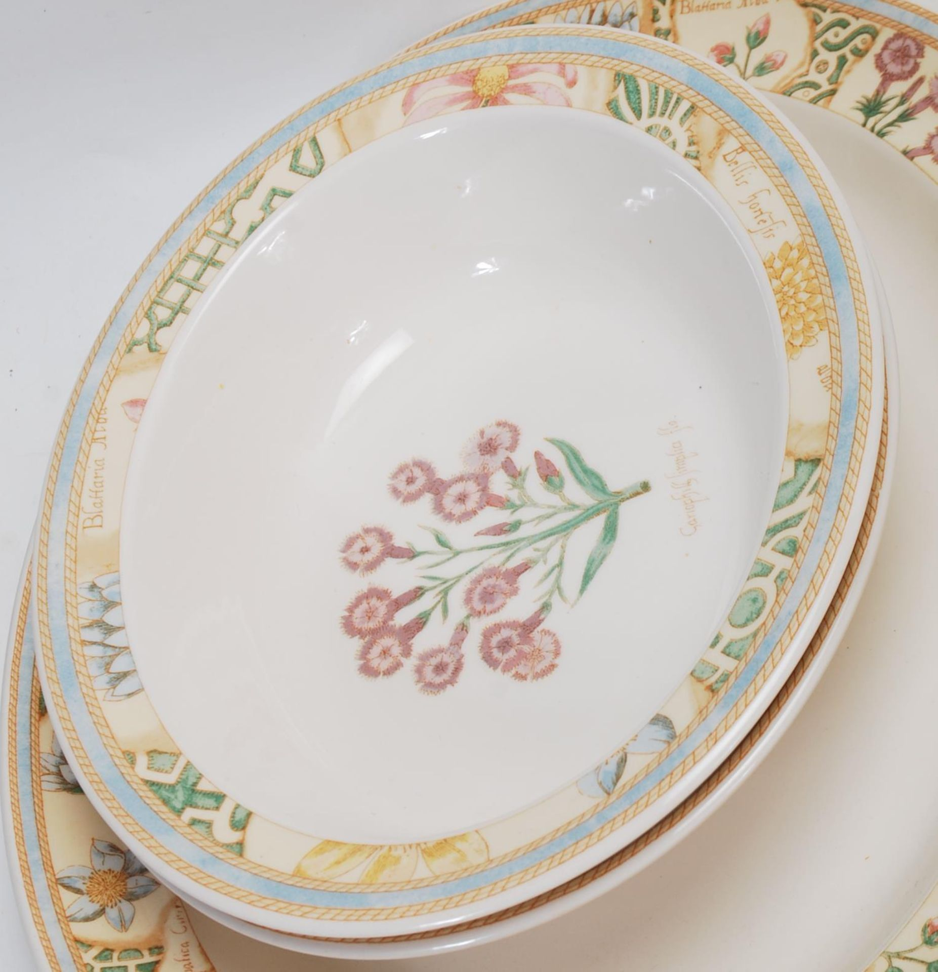 A LARGE 20TH CENTURY WEDGWOOD DINNER SERVICE WITH GRDEN MAZE PATTERN - Image 9 of 11