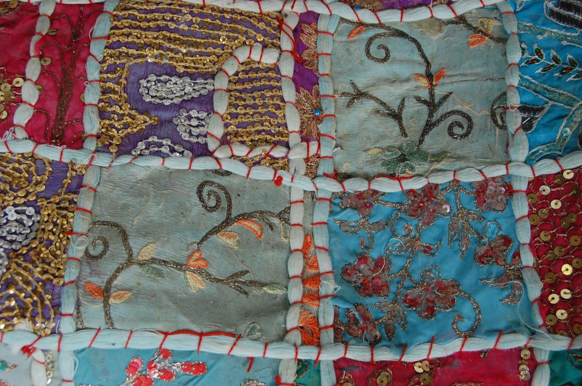 20TH CENTURY ANTIQUE STYLE TRADITIONAL PAKISTANI / RAJASTHANI / INDIAN PATCHWORK QUILT BED THROW - Image 7 of 11