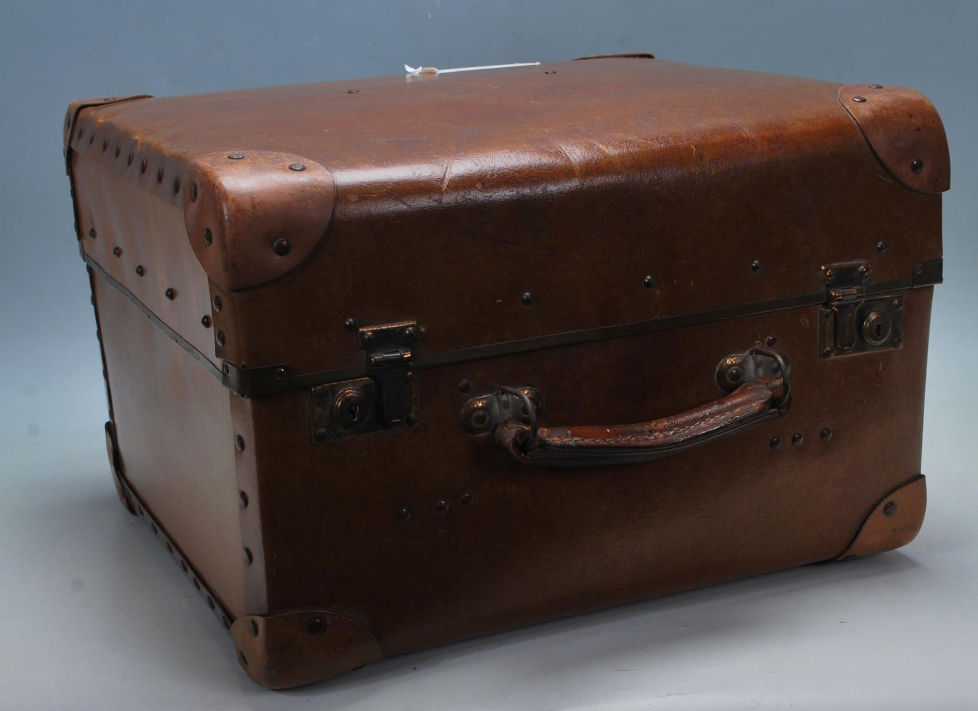 ANTIQUE EARLY 20TH CENTURY LEATHER SUITCASE