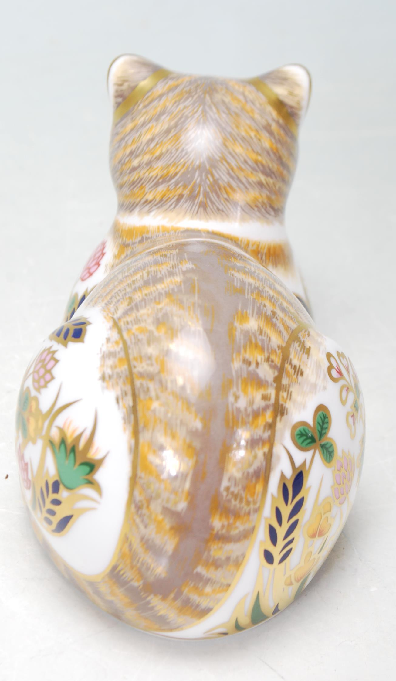 ROYAL CROWN DERBY COTTAGE CAT PAPERWEIGHT WITH GOLD STOPPER - Image 4 of 5