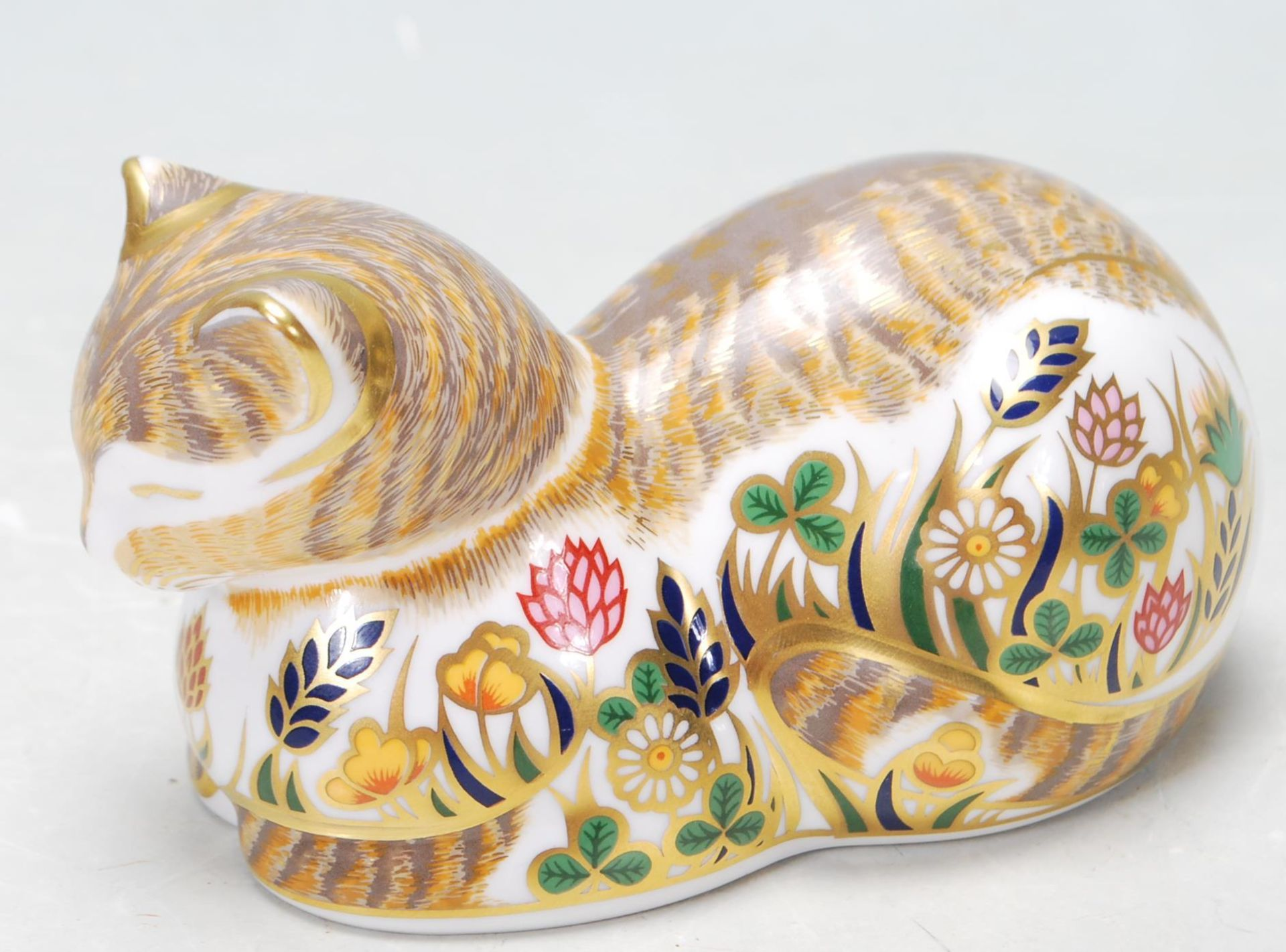 ROYAL CROWN DERBY COTTAGE CAT PAPERWEIGHT WITH GOLD STOPPER