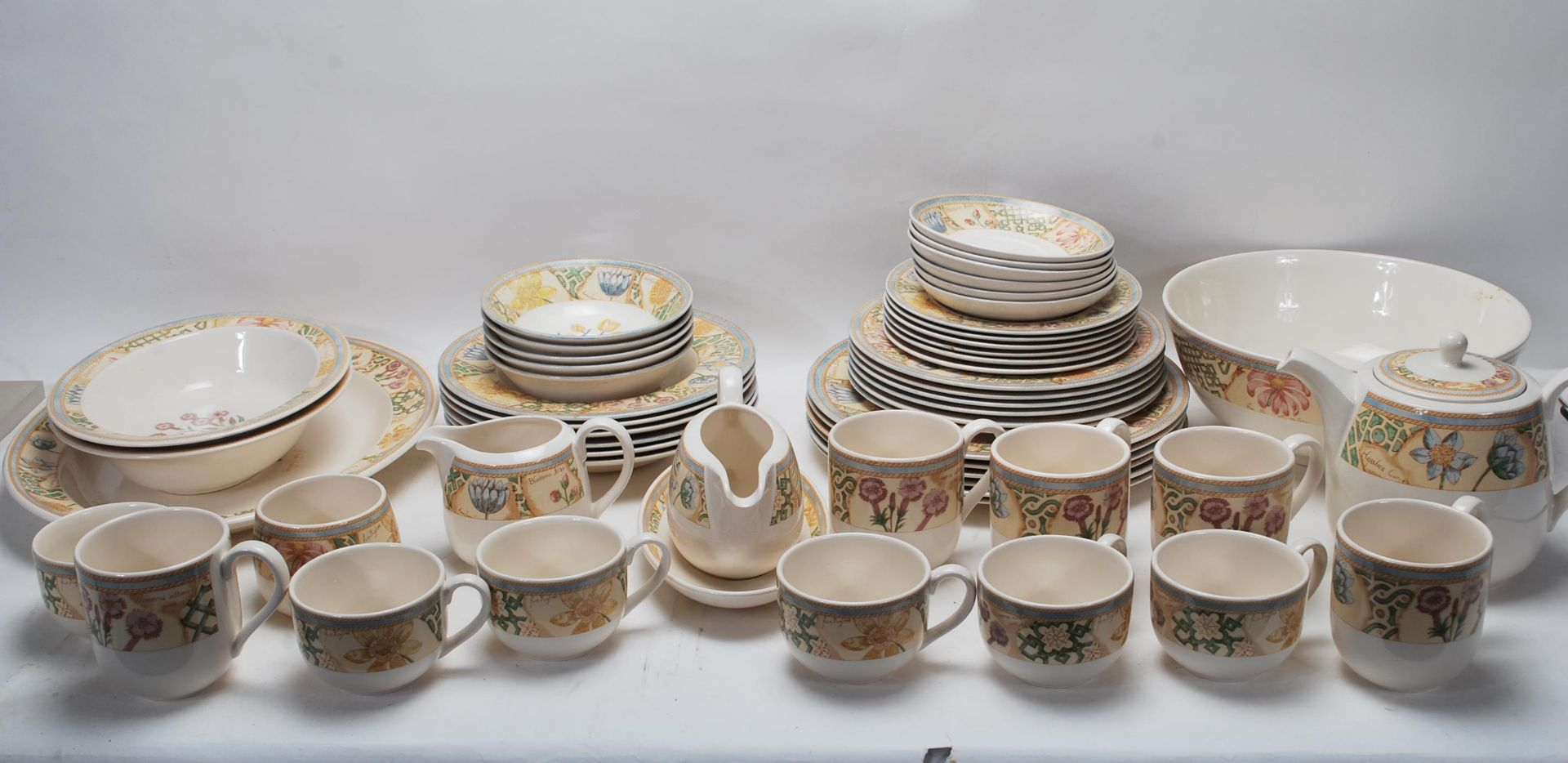 A LARGE 20TH CENTURY WEDGWOOD DINNER SERVICE WITH GRDEN MAZE PATTERN