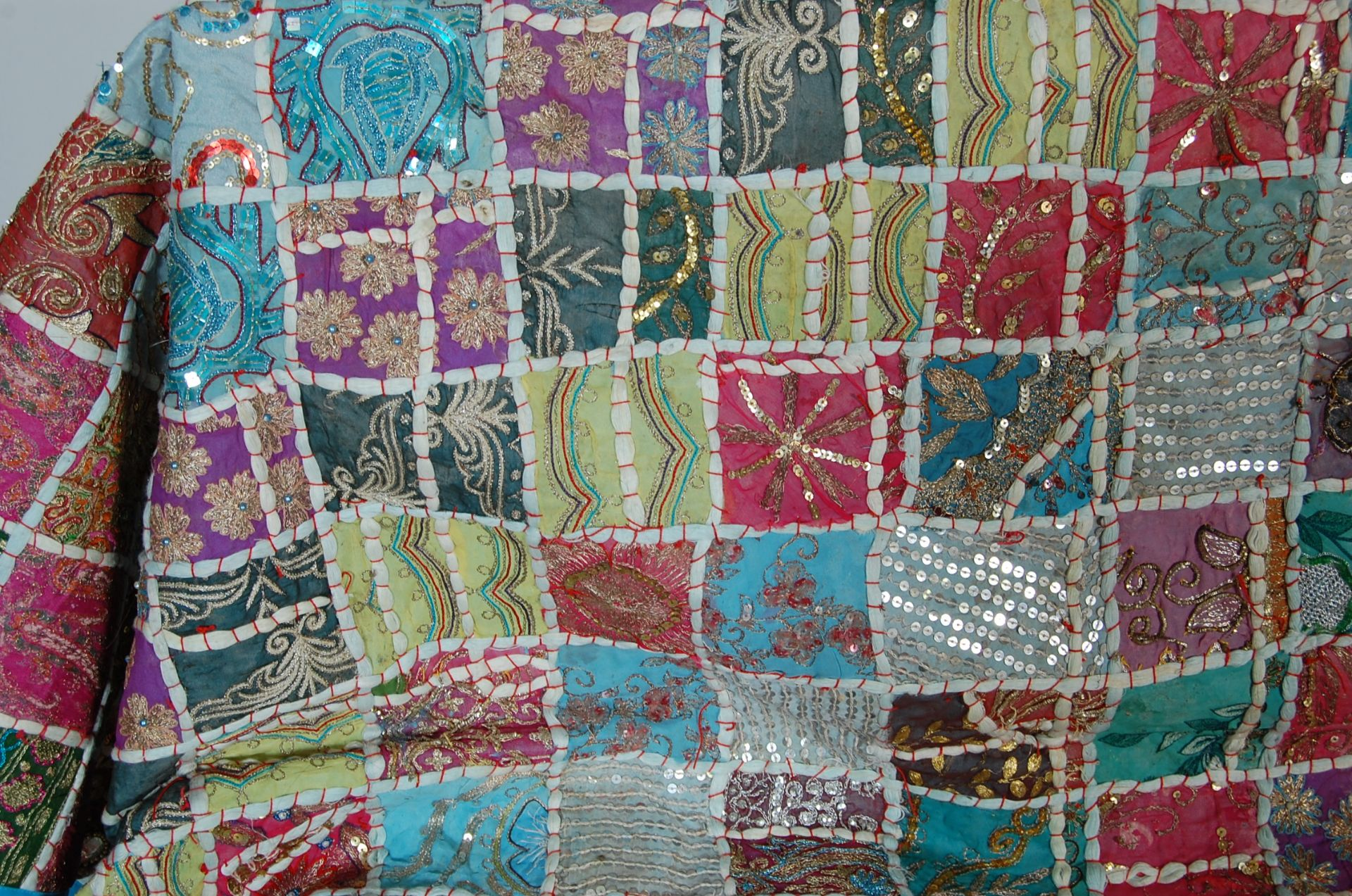 20TH CENTURY ANTIQUE STYLE TRADITIONAL PAKISTANI / RAJASTHANI / INDIAN PATCHWORK QUILT BED THROW - Image 3 of 11