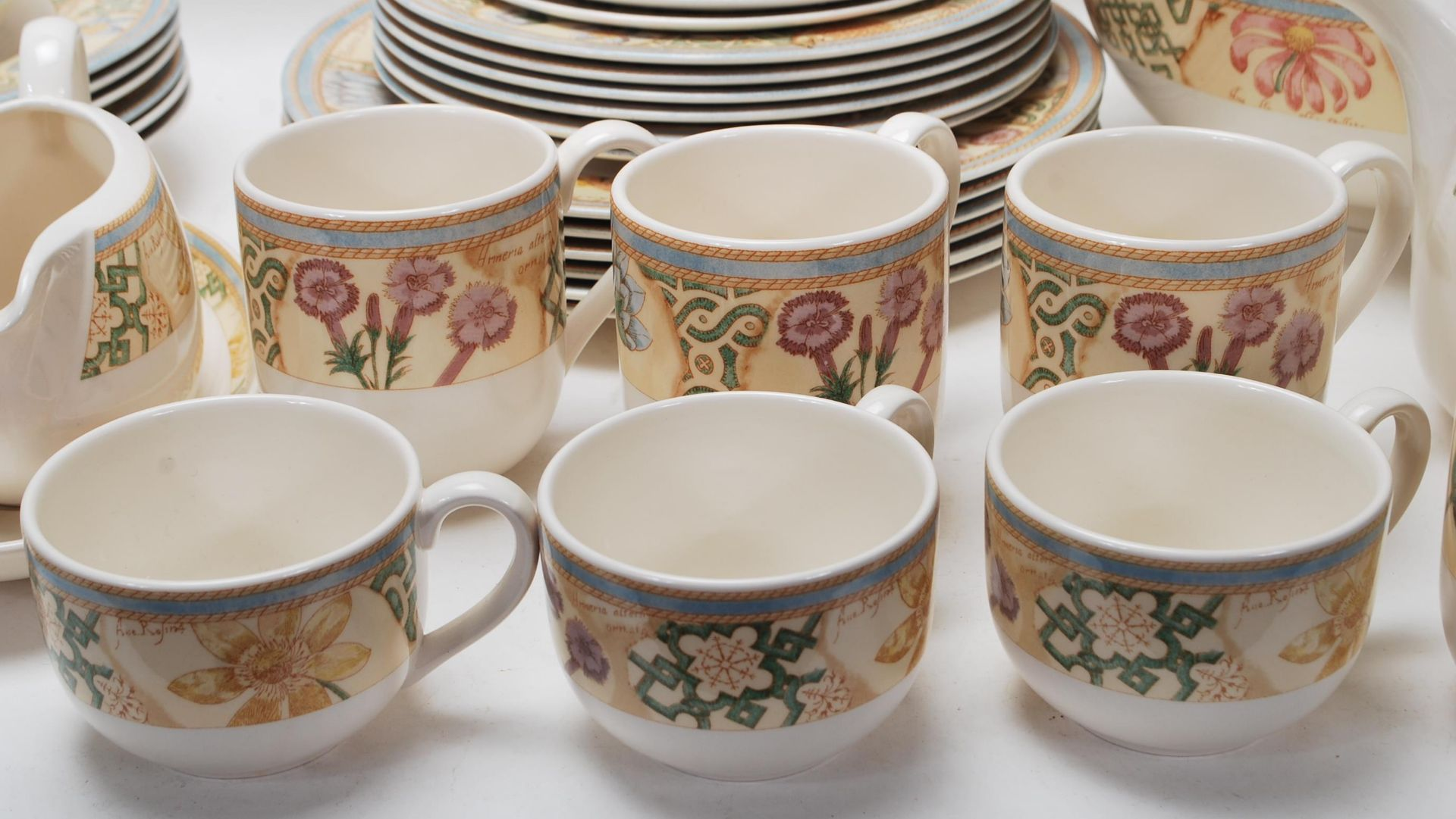A LARGE 20TH CENTURY WEDGWOOD DINNER SERVICE WITH GRDEN MAZE PATTERN - Image 2 of 11