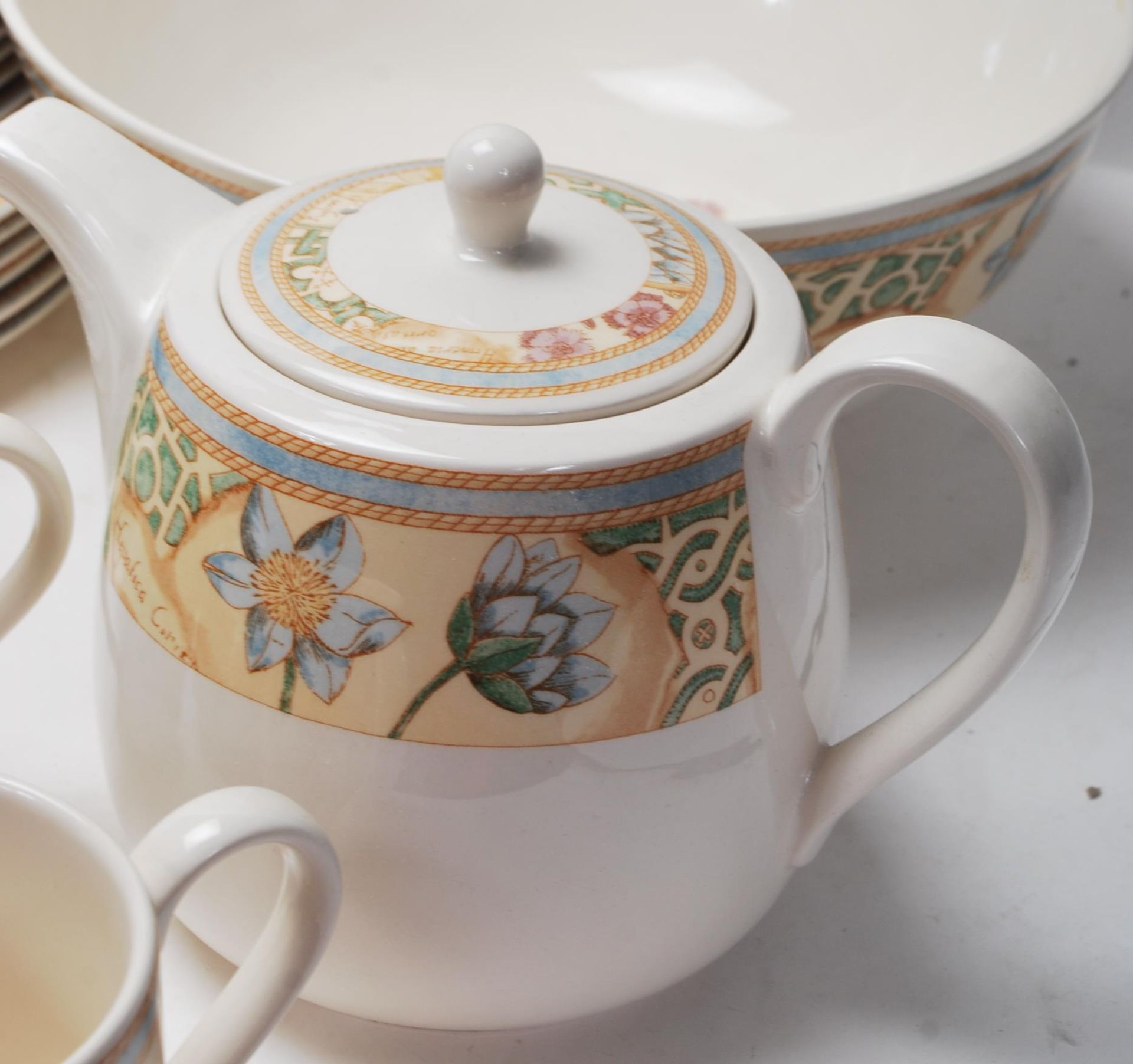 A LARGE 20TH CENTURY WEDGWOOD DINNER SERVICE WITH GRDEN MAZE PATTERN - Image 5 of 11