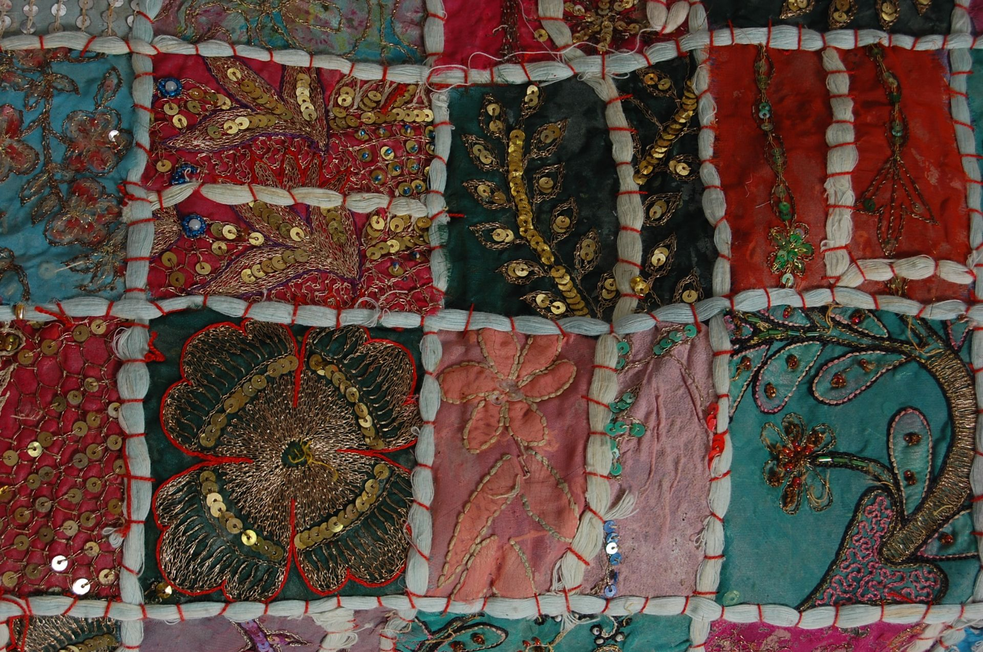 20TH CENTURY ANTIQUE STYLE TRADITIONAL PAKISTANI / RAJASTHANI / INDIAN PATCHWORK QUILT BED THROW - Image 8 of 11