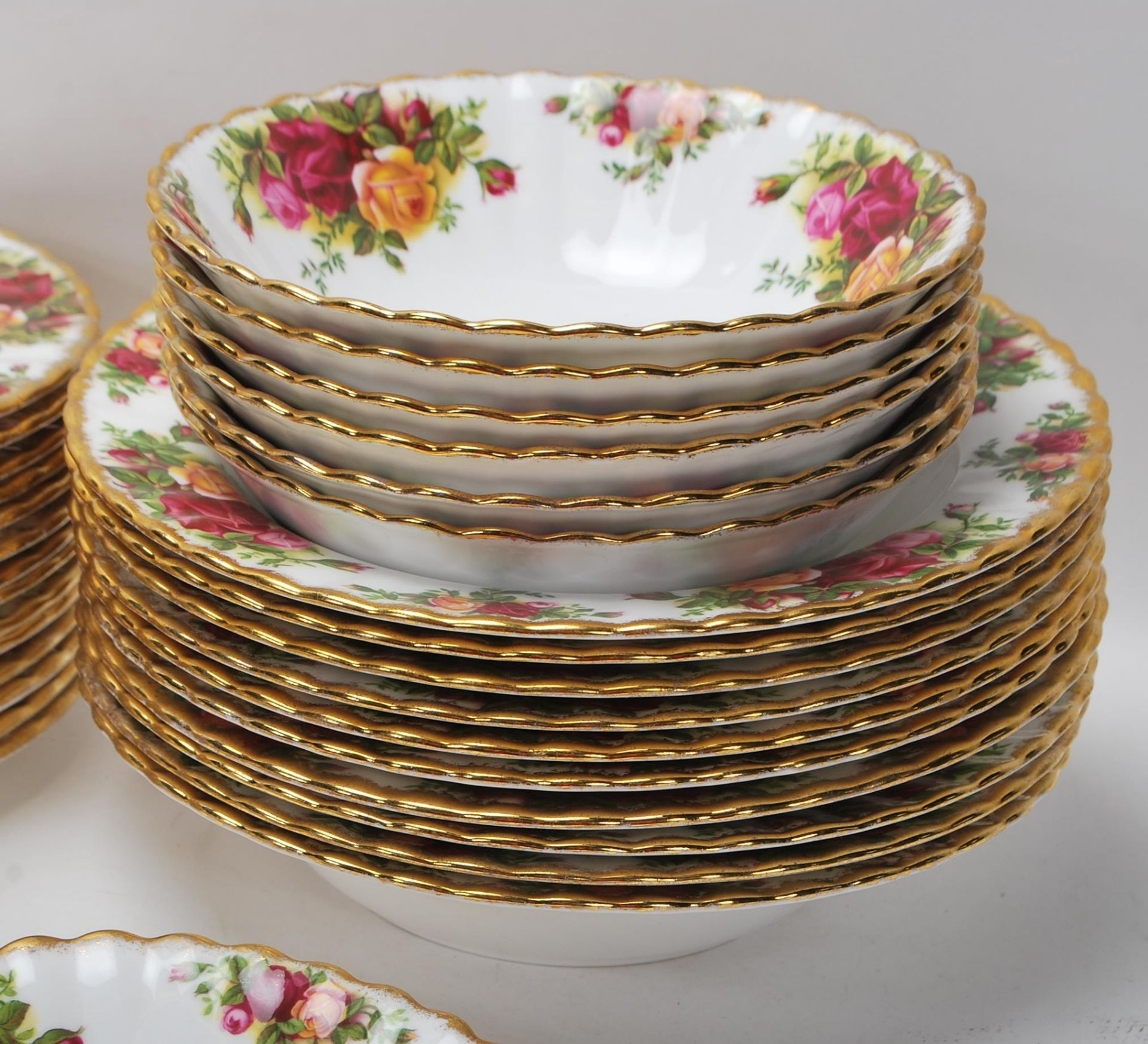 LARGE ROYAL ALBERT OLD CONTRY ROSES DINING SERVICE - Image 4 of 11