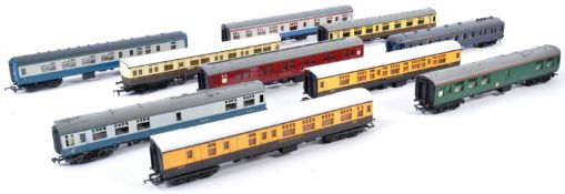 COLLECTION OF ASSORTED VINTAGE 00 GAUGE CARRIAGES