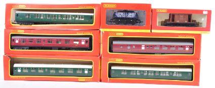 RAKE OF HORNBY 00 GAUGE MODEL RAILWAY ITEMS