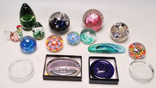 LARGE QUANTITY OF RETRO 20TH CENTURY STUDIO ART GLASS PAPERWEIGHTS
