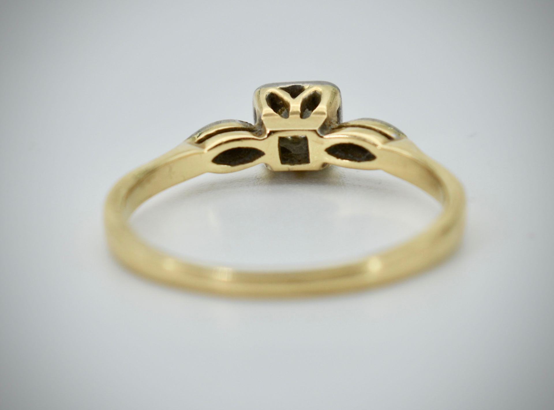 18ct Gold Platinum & Diamond Three Stone Ring - Image 3 of 4