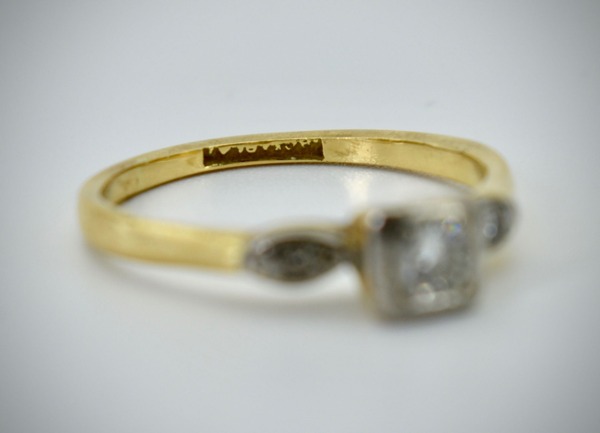 18ct Gold Platinum & Diamond Three Stone Ring - Image 4 of 4