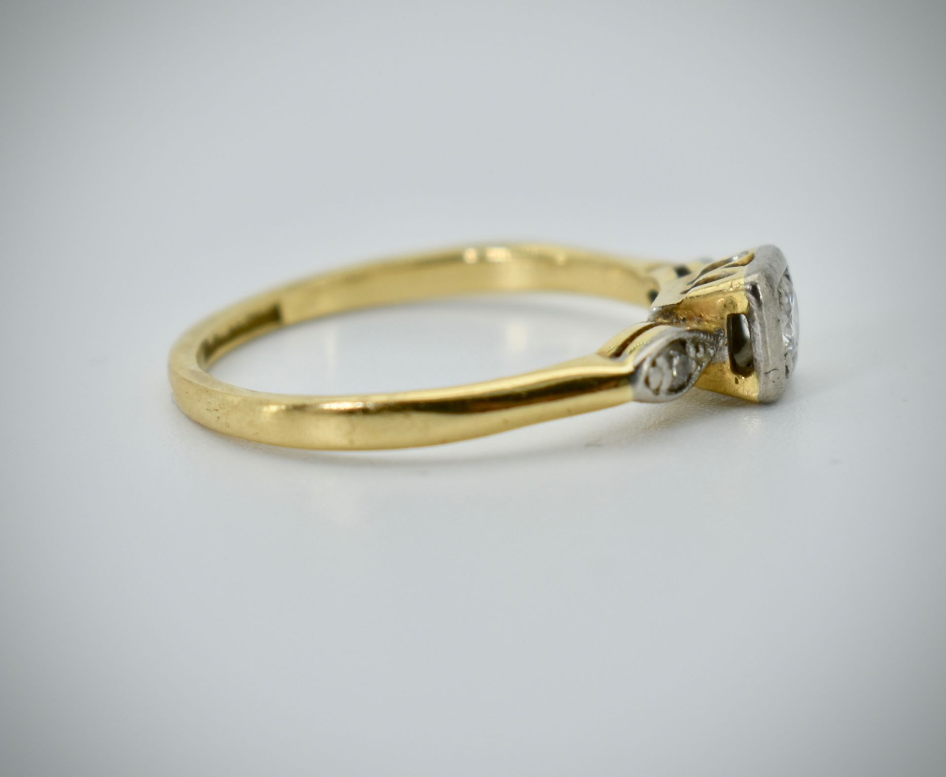 18ct Gold Platinum & Diamond Three Stone Ring - Image 2 of 4