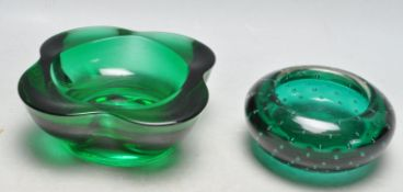 PAIR OF VINTAGE RETRO 1960S STUDIO ART GLASS BOWLS IN THE MANNER OF WHITEFRIARS.