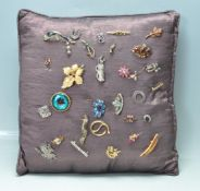 COLLECTION OF VINTAGE PIN BROOCHES