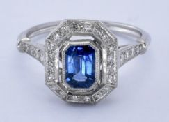18CT SAPPHIRE AND DIAMOND CLUSTER RING.