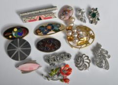 FIFTEEN VINTAGE 20TH CENTURY BROOCHES