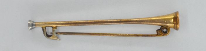 EARLY 20TH CENTURY YELLOW METAL HUNTING HORN BROOCH