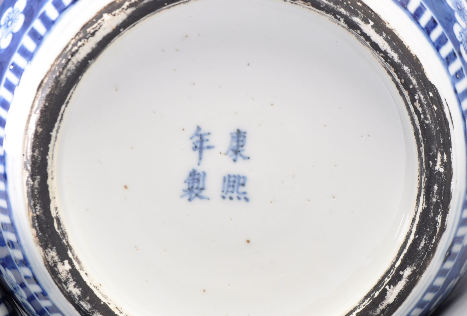LARGE AND IMPRESSIVE PAIR OF CHINESE KANGXI MARK LIDDED JARS - Image 11 of 13