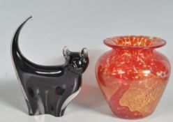 20TH CENTURY GLASS VASE IN THE MANNER OF VASART WITH A STUDIO GLASS CAT FIGURE.