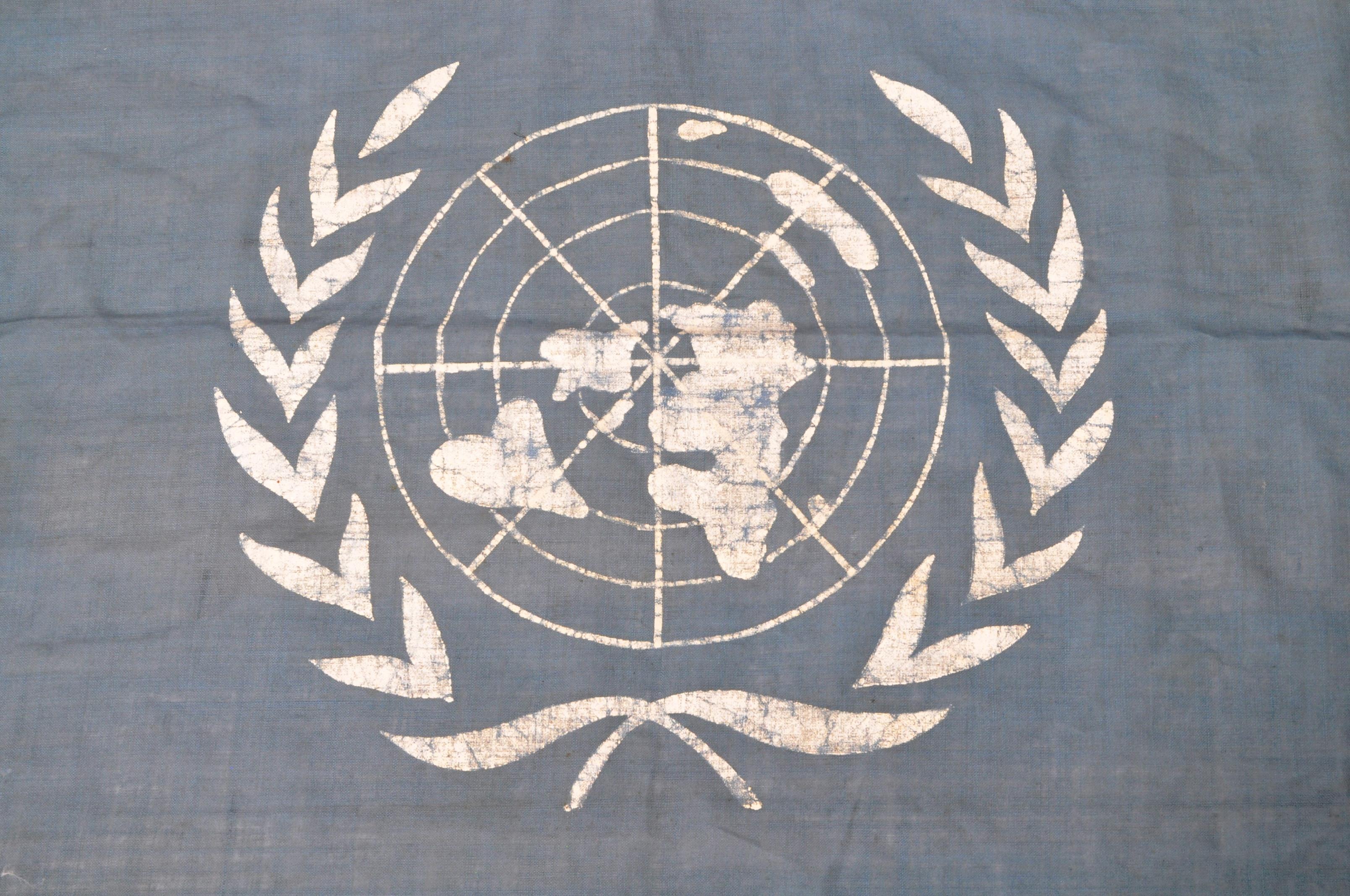 VINTAGE C1950S KOREAN WAR ERA UN UNITED NATIONS FLAG - Image 2 of 6