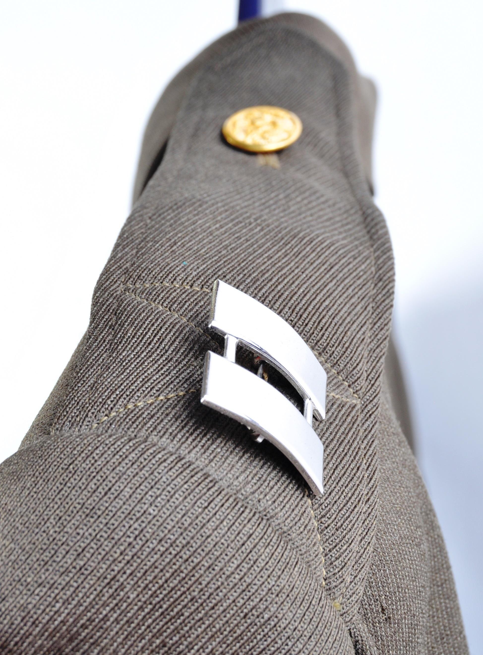 20TH CENTURY UNITED STATES ARMY CAPTAINS UNIFORM TUNIC - Image 3 of 10