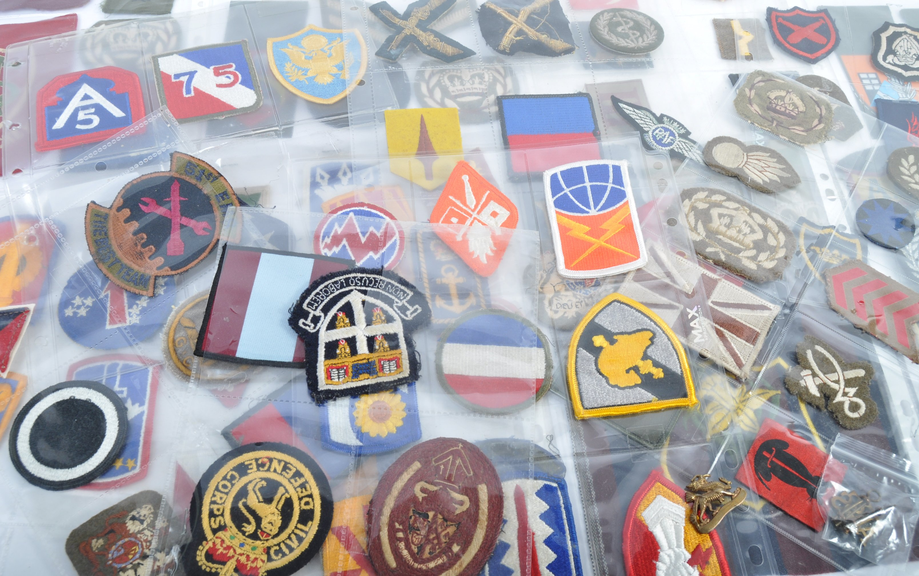 LARGE COLLECTION OF VINTAGE BRITISH ARMY DIVISIONA - Image 3 of 5
