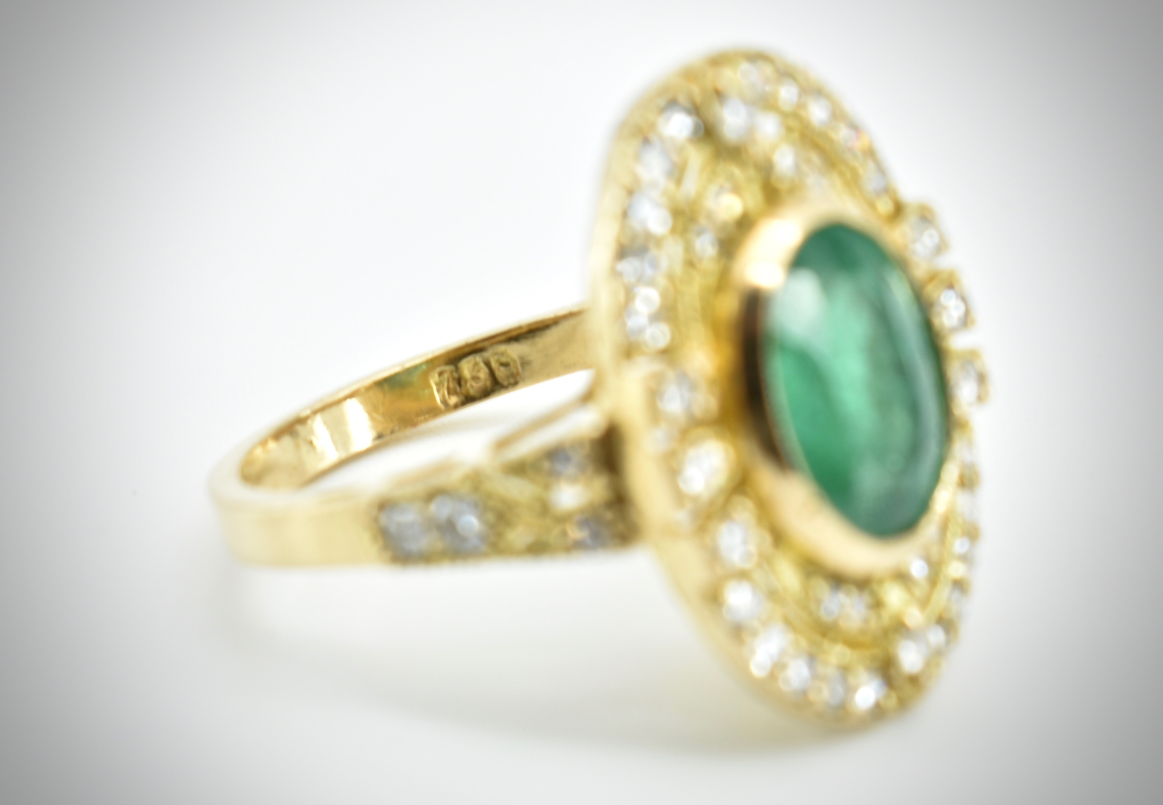 AN 18CT GOLD EMERALD & DIAMOND RING - Image 2 of 5