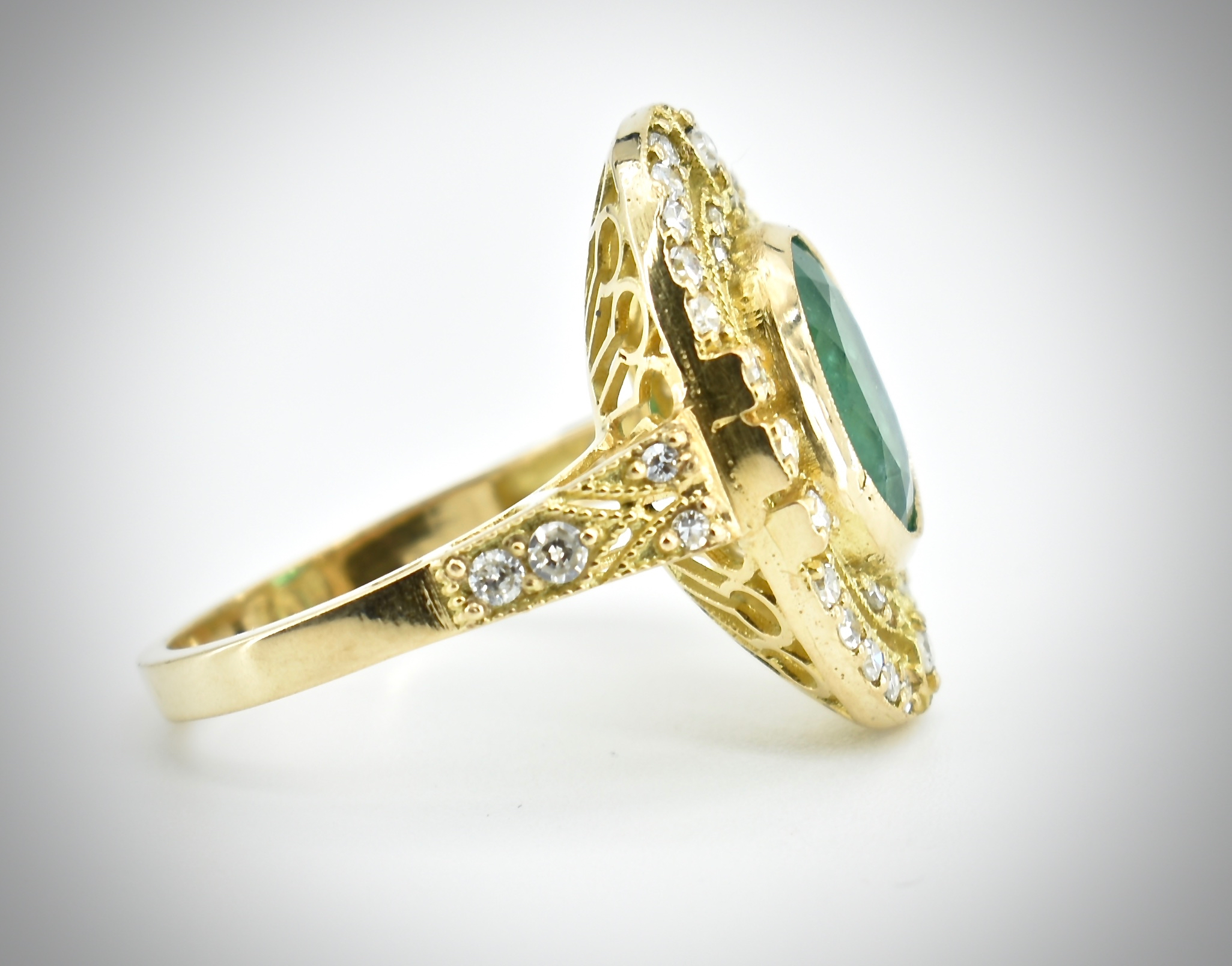 AN 18CT GOLD EMERALD & DIAMOND RING - Image 4 of 5