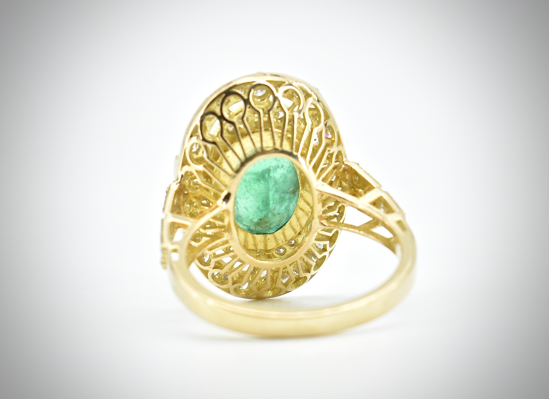 AN 18CT GOLD EMERALD & DIAMOND RING - Image 3 of 5